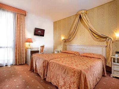 Hotel Ambassador Tre Rose 9881//.jpg